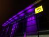 Ein Krankenhaus leuchtet lila